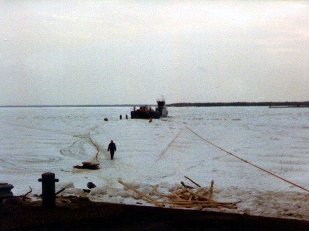 Traversier pris dans la glace